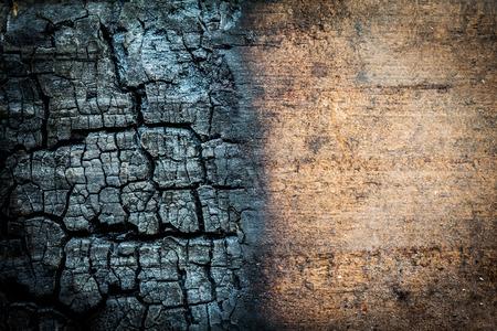 Close-up van verbrand log met ongebrande gebied voor gebruik als achtergrond Stockfoto