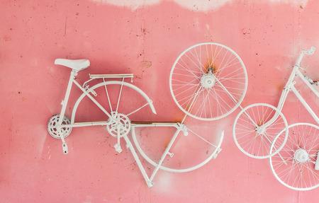 bicyclette: Partie de la bicyclette accrocher sur fond rose mur Banque d'images