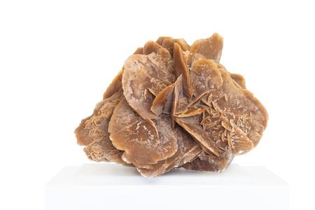 desierto: Rosa del desierto, roca compuesta de yeso, agua y arena, formada en los desiertos, en cristales muy hermosa forma, en el fondo blanco Foto de archivo