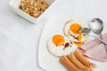 plato del buen comer: Conjunto del desayuno en la placa blanca en la cama que sirve para los hu�spedes en el complejo, Tailandia Foto de archivo