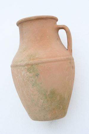 greek pot: Terracotta anfora sdraiata su uno sfondo bianco Archivio Fotografico