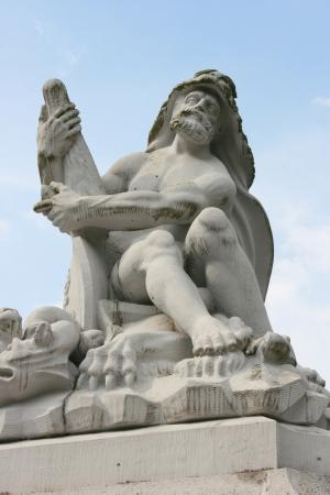 hombre sentado: Estatua de un hombre sentado, de barba Foto de archivo