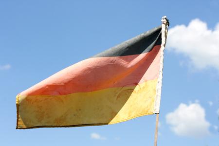 bandera alemania: Bandera de Alemania con el cielo azul en el fondo