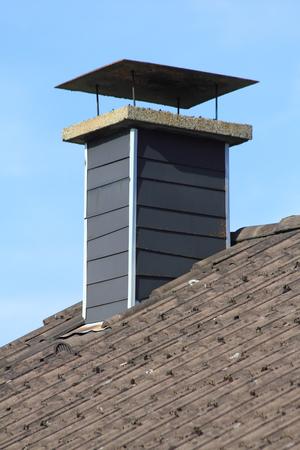 tejas: vestido con pizarra tejas chimenea, cielo azul en el fondo
