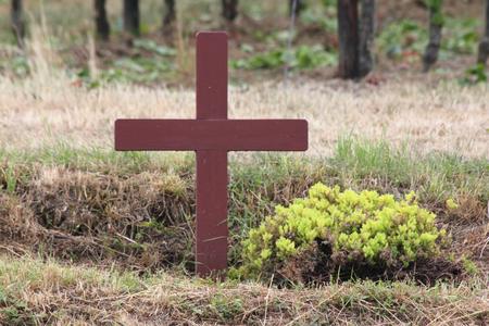 christus: erected Simple brown wooden cross at the roadside Einfaches braunes Holzkreuz am Stra?enrand aufgestellt Stock Photo