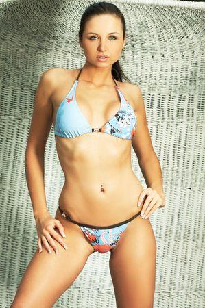 bikini bleu: �t� jeune fille portant un joli bikini bleu