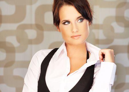 morena sexy: Hermosa y sexy morena mujer de negocios sobre fondo marr�n.