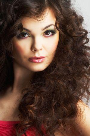 cabello rizado: Retrato de mujer sexy con maquillaje hermoso y largo cabello rizado