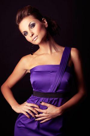 morena sexy: hermosa y sexy chica morena de moda en el vestido violeta - retrato