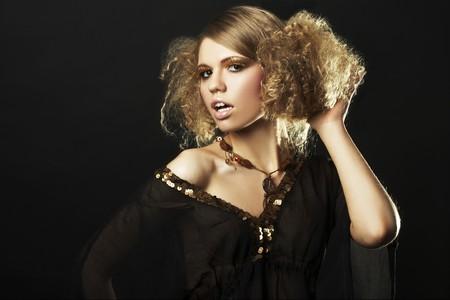 cabello rizado: modelo con pelo rizado t�nica en negro en fondo negro