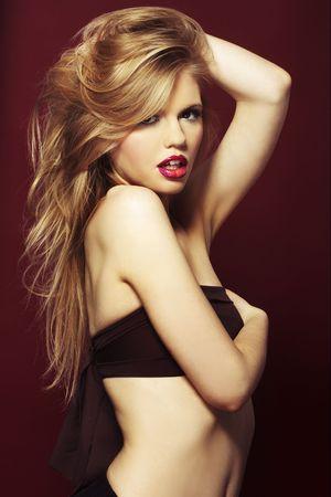 labios sexy: una rubia muy sexy sobre fondo rojo
