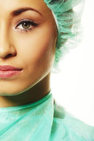 nurse uniform: Una enfermera quir�rgica amistoso en friega y una redecilla