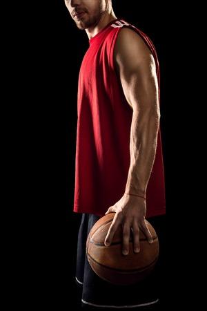 baloncesto: Jugador de baloncesto bola sosteniendo Atl�tico aislado en el fondo negro