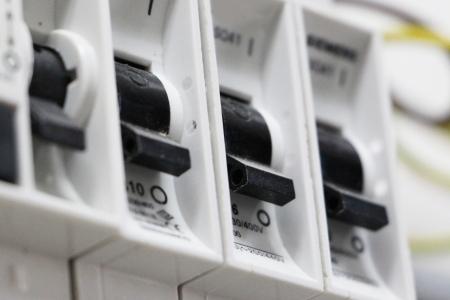 redes electricas: Vista de cerca de un conjunto de interruptores el�ctricos o interruptores viaje en una placa de circuito