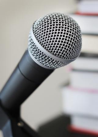 Luisterboeken vertelling opnemen vocale microfoon tegen de achtergrond van boeken
