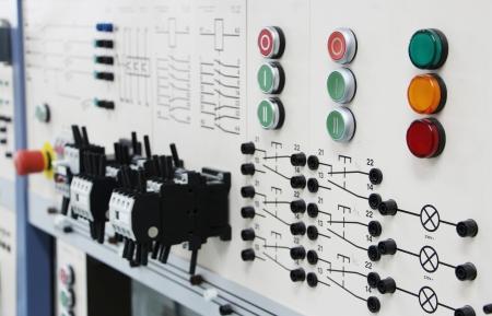 Les panneaux de commande dans un angle de vue de labOblique électronique d'une longue rangée de panneaux de contrôle dans un laboratoire d'électronique Banque d'images