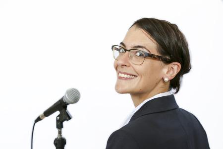 hablar en publico: Empresarias Sucssesful orador principal en frente del micr�fono antes de hablar en p�blico