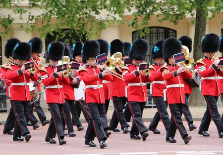 伦敦 -  2013年6月2日:皇后生生日排练游行的皇后卫兵