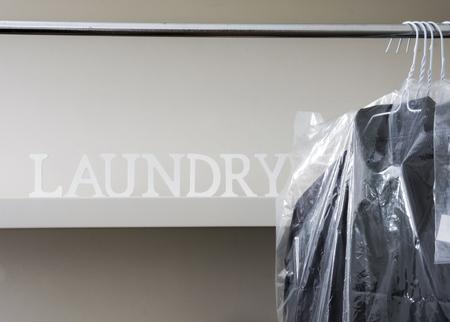 Gestreken en verpakte herenoverhemden opgehangen aan rek Stockfoto