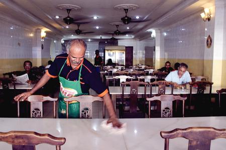 Limpiar la mesa de restaurante Foto de archivo - 27310814