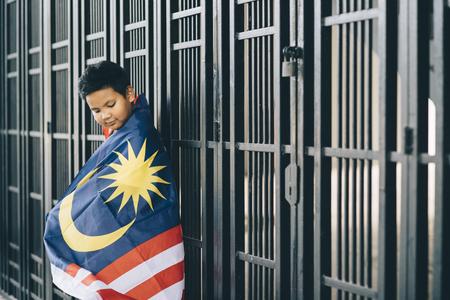 子供のマレーシアのフラグ (選択と集中) を保持しています。 写真素材