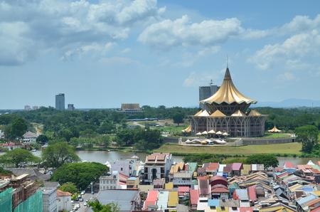 kuching, sarawak, malezja - 5 grudnia 2012: Budynek Zgromadzenia Ustawodawczego stanu Sarawak i otoczenie budynków w słoneczny poranek