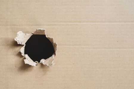 torn corrugated box. Box with hole for copy space. Concept of secret and freight 免版税图像 - 140595111