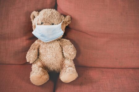 teddy bear wear a surgical mask. Concept of child health care and global pandemic crisis 免版税图像