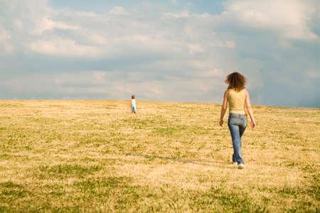 ni�os caminando: correr hacia el futuro
