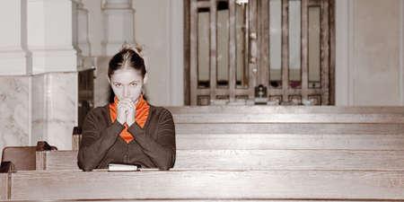 mujeres orando: ni�a de orar en una iglesia cat�lica