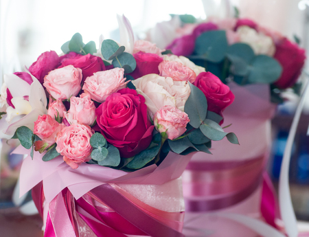 Bridal bouquet of red, pink and white roses reflected in the mirror Standard-Bild
