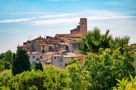 """Panoramablick auf die Stadt Saint-Paul-de-Vence in der Provence, Frankreich. Es ist ein mittelalterliches Dorf, eine beliebte Touristenattraktion, bekannt als """"Dorfstangen"""" (Dorffestung) und eine Stadt der Künste"""