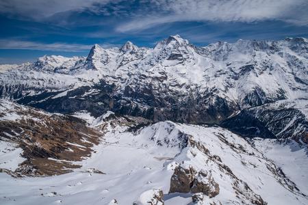 Vue panoramique à couper le souffle sur les Alpes suisses enneigées avec les célèbres sommets Eiger, Monch et Jungfrau, Oberland Bernois, Suisse Banque d'images