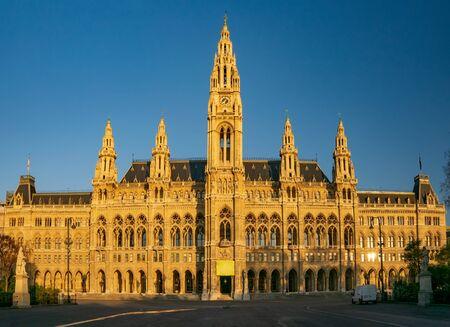 Ratusz w Wiedniu (Rathaus) w porannym słońcu, Wiedeń, Austria. Ratusz w Wiedniu jest znaną wiedeńską atrakcją turystyczną Zdjęcie Seryjne