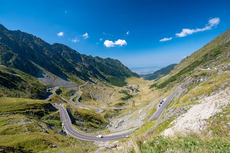 Scenic view of the winding Transfagaras mountain road in the Transylvanian Alps, Carpathian Mountains, Romania. Mountain road with serpentine with a beautiful view of the pass in sunny day. Stockfoto