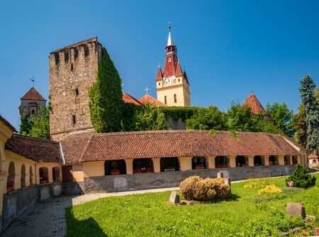 Scenic view Lutheran fortified church and evangelical cemetery in Cristian, Brasov County, Romania. Complex was built in the 15th century by the Transylvanian Saxon community. Stockfoto