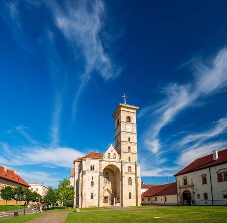Scenic view of St. Michaels Catholic Cathedral under picturesque sky at suuny summer day, Alba Iulia, Transylvania, Romania Stockfoto