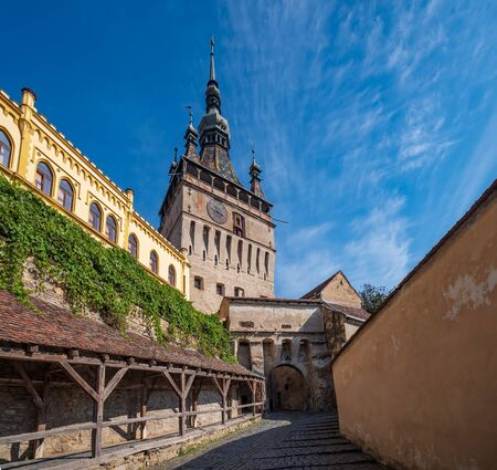Picturesque cityscape of Sighisoara, Transylvania, Romania with famous medieval fortified city and the Clock Tower built by Saxons. Stockfoto