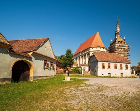 Fortified church in Saschiz, Romania. It was built by ethnic German Transylvanian Saxon community at a time when the area belonged to the Kingdom of Hungary. 스톡 콘텐츠