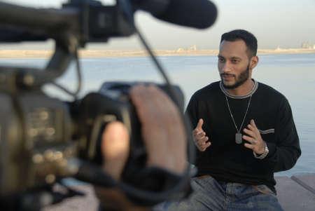 audition: Aktor Explaining przekonująco Z rąk Gesty W przypadku Realtime Broadcast