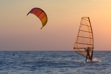 kitesurfen: Kitesurfen en windsurfen in de Taganrog Baai van de Azov Zee Stockfoto