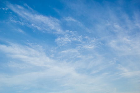 cielos abiertos: Cielo azul con delicados arabescos de luz cirros blancos Foto de archivo