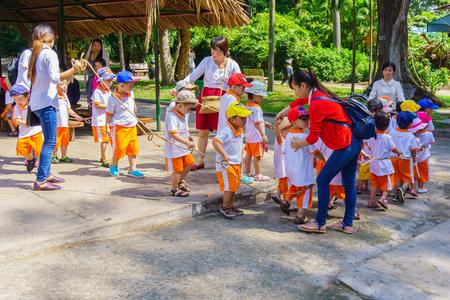 zoologico: Los ni�os y maestros juegan en el parque zool�gico