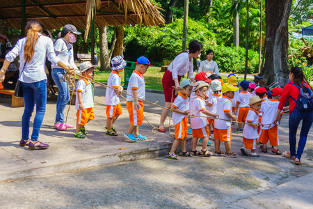 zoologico: Los ni�os y los maestros que juegan en el parque zool�gico Editorial