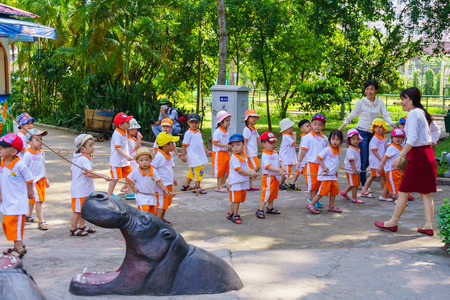 animals in the zoo: Ni�os jugando en el parque zool�gico Editorial