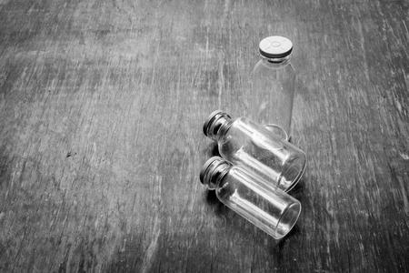 botellas vacias: Botellas vac�as conceptos. En blanco y negro Foto de archivo