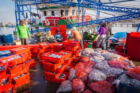 Los trabajadores que trabajan en el mercado de pescado Foto de archivo - 84459868