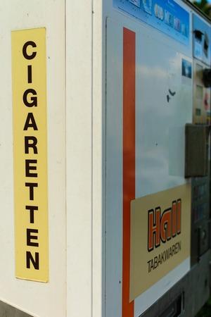 Koblenz - Germany, July 7, 2018: Old but still operational cigarette vending machine in Koblenz, Germany Banque d'images - 106254888