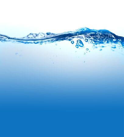 Spruzzi d'acqua su sfondo bianco con ripple e riflessione.