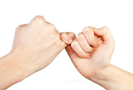 vers  ¶hnung: Mann und Frau, die ein pinky Versprechen Hände isoliert auf weißem Hintergrund